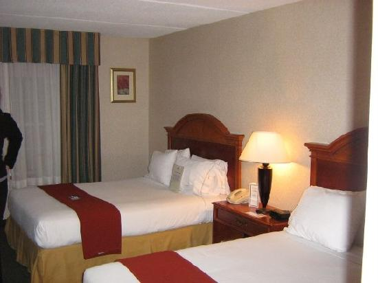 Holiday Inn Express Hotel & Suites: 2x Queen Bed Hotel Room