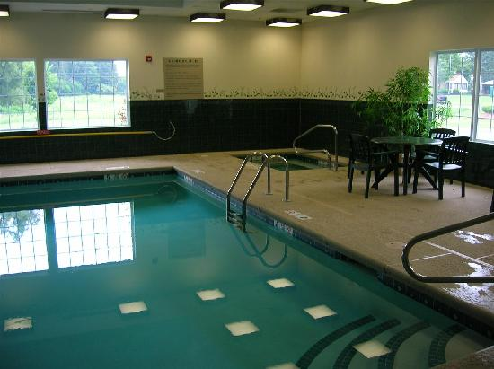Country Inn & Suites Cortland: The pool and jacuzzi