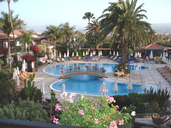 Seaside Grand Hotel Residencia: A view of the pool from the dining terrace