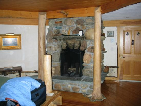 Pitcher Inn: Fireplace