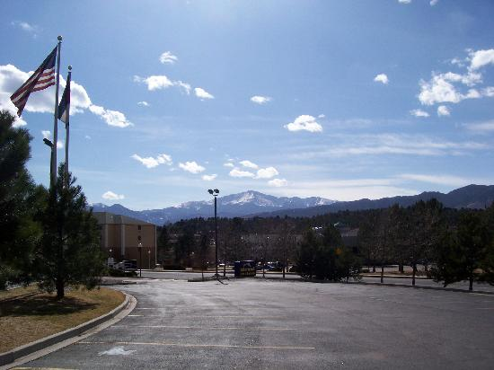 Microtel Inn & Suites by Wyndham Colorado Springs: view towards pike peak