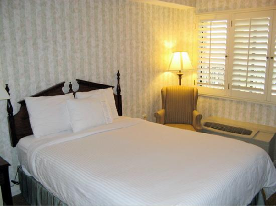 Carousel Inn and Suites: White duvet covers! Now that's clean!