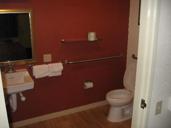 Red Roof Inn Tallahassee: Bathroom with nice paint and hardwood floor