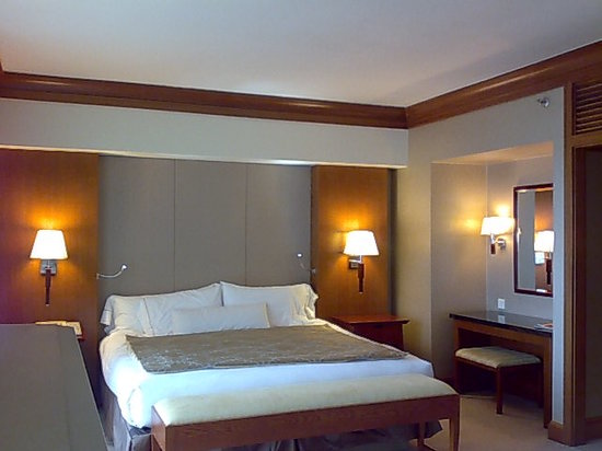 Fairmont Singapore - comfy king sized bed in the Grand Room