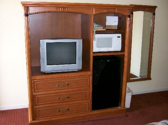 Econo Lodge Inn Woodland: tv, fridge, microwave, full length mirror!