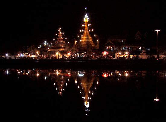 Mae Hong Son, Thailand: Johng Kham Lake, by night