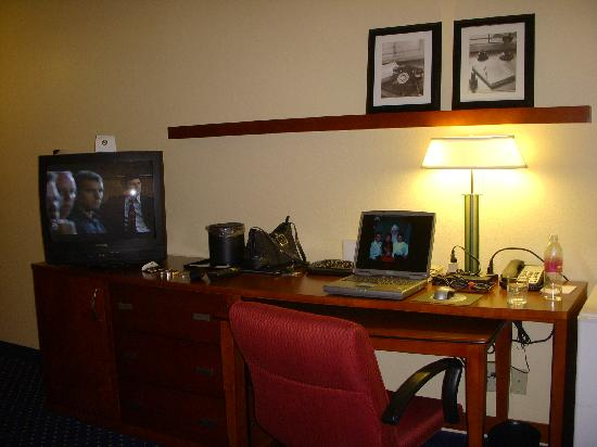Courtyard by Marriott Atlanta Perimeter Center: Desk Area