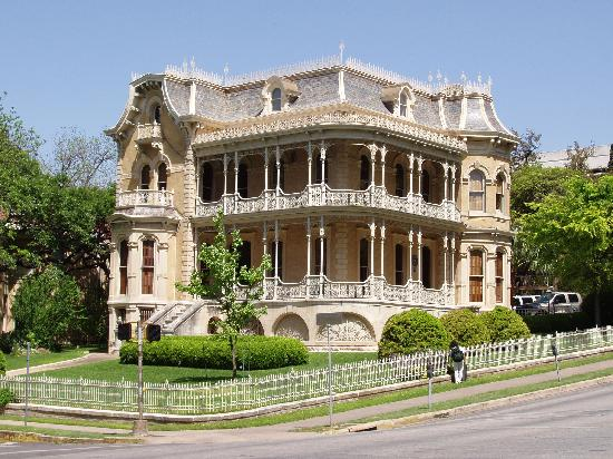 Extended Stay America - Austin - Downtown - 6th St. : The historic house across the street from hotel 