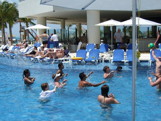 Isla Mujeres Palace: fun in the pool