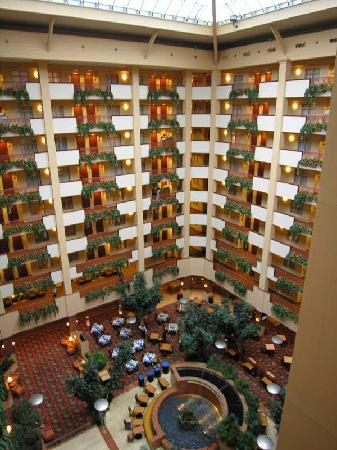 Embassy Suites Nashville South/Cool Springs: Atrium overlooking the breadfast area