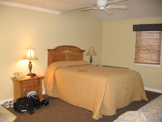 Captain's Quarters at Surfside Resort: Bedroom Area