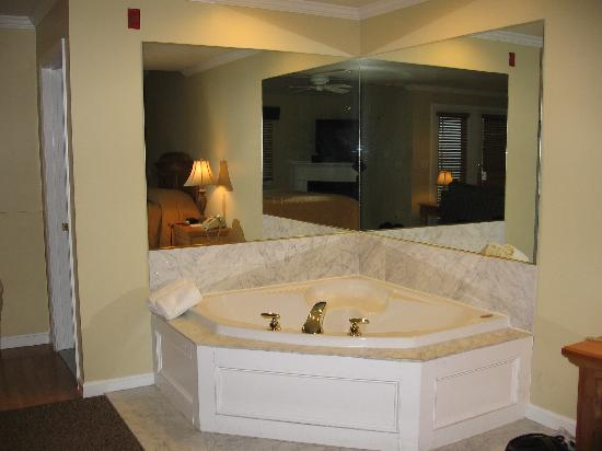 Captain's Quarters at Surfside Resort: Jetted Spa Tub