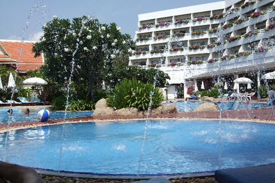Cha-Am Methavalai Hotel: Main Swimming Pool