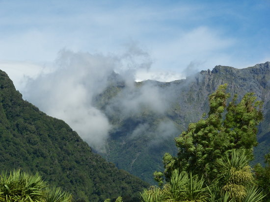 Fox Glacier, Yeni Zelanda: View from the motel of the mountain by the glacier