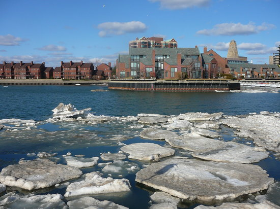 Buffalo, Nueva York: Erie Basin Marina in Springtime -  Looking Towards City
