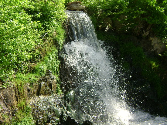 Lake Ozark, MO: Waterfall through the grounds