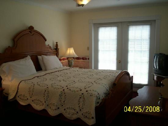 Clean and Spacious rooms at the Berkeley Springs Spa and Inn