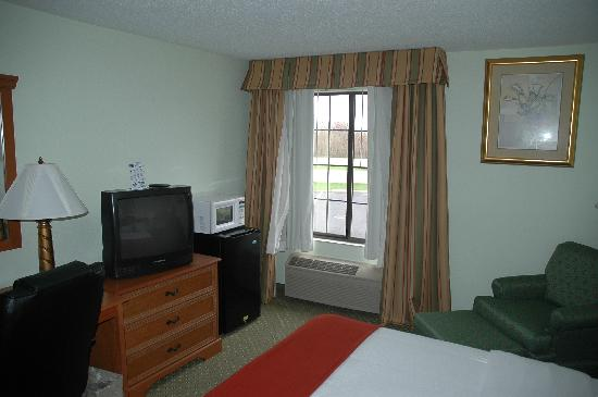 Holiday Inn Express Madison: King room with noisy A/C