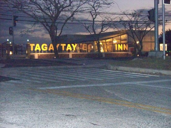Tagaytay Econo Inn: The view of the hotel sign as you arrive.