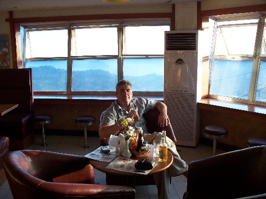Tagaytay Econo Inn: The restaurant bar, with the view of the volcano.