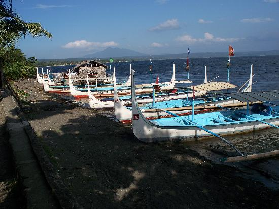 Tagaytay Econo Inn: Boats on the shore of Lake Taal
