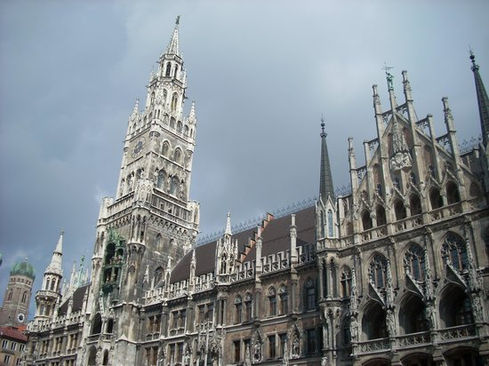 München, Duitsland: Standing Outside of The Glockenspiel