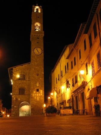 Il Giglio Hotel and Restaurant: Montalcino at night
