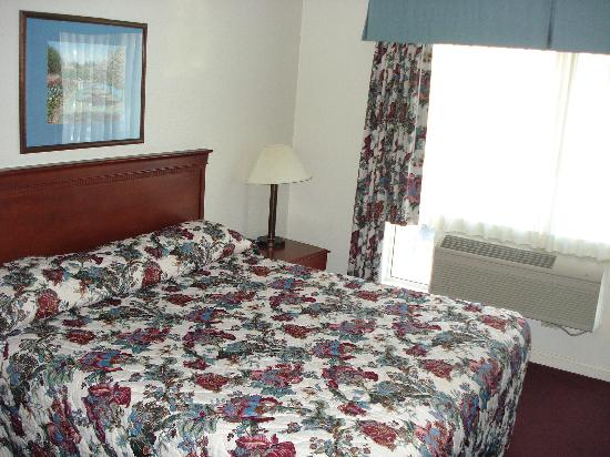 BEST WESTERN Salinas Monterey Hotel: king bed