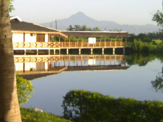 Mindanao, Filipinas: Conference halls with Mt. Matutum in the background