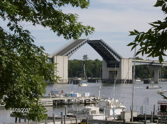 Snug Harbor Inn: Draw bridge from balcony