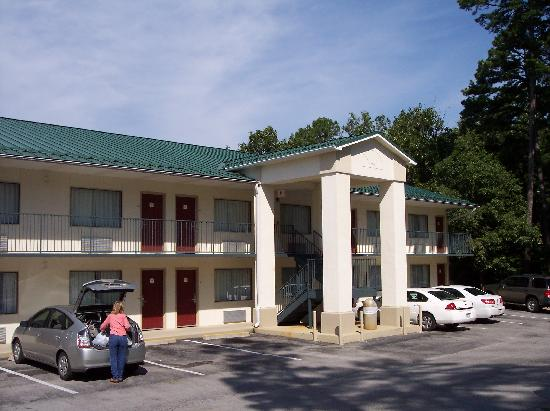 Quality Inn & Suites Eureka Springs: Outdoor rooms, facing the main street