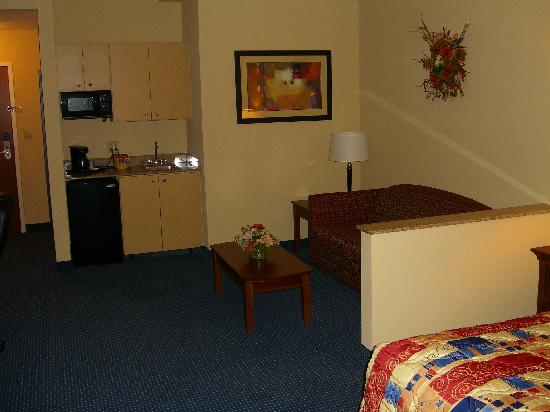 Comfort Suites Airport: Kitchen in the suite