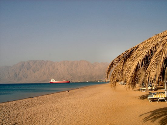 Nuweiba, gypten: View from beach towards ferry port amd mountains