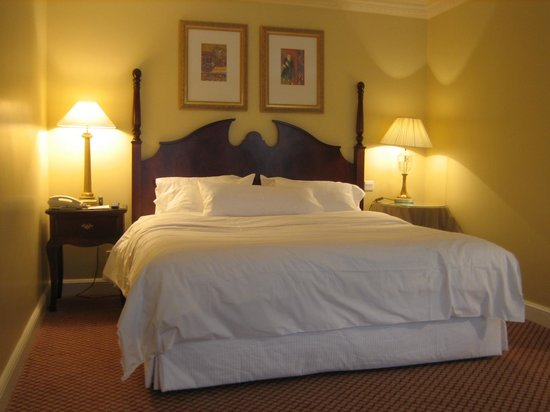 Westin Dublin: Classic Room - Heavenly bed (as other reviewers have indicated, bring your own alarm clock!)