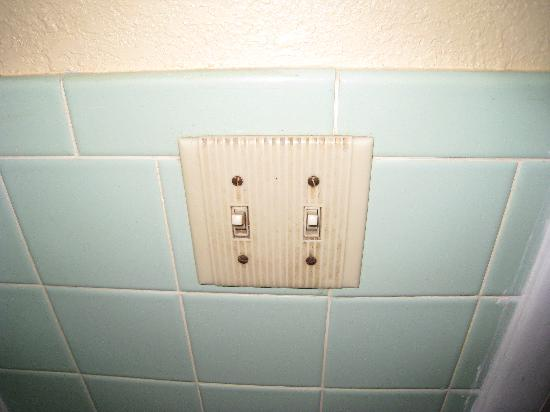 Rodeway Inn Lewisburg: Bathroom switch