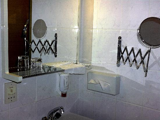 Hotel Hoffinger: sink with mirror