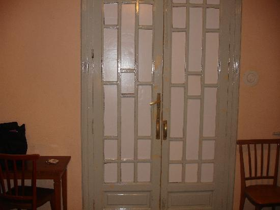 Hostal Villar: The door, paper over the glass. Allows light in all night