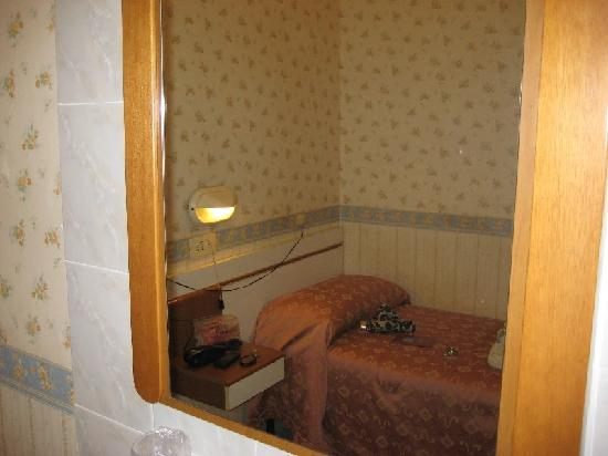 Hotel Dina: Mirror above sink and bed