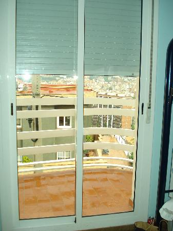 Feetup Mellow Eco Hostel Barcelona: Door to balcony from bedroom