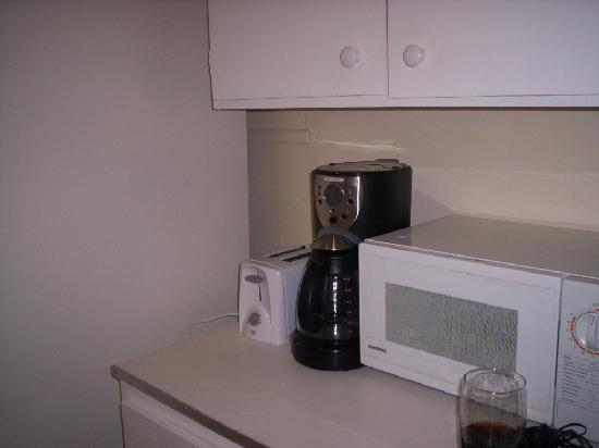 Englewood Bay Motel & Apartments: coffee pot, fride, microwave, stove, everything you need, also a dining set...not shown