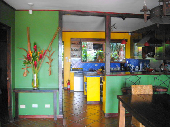 Casa Bella Rita Boutique Bed &amp; Breakfast: The colourful kitchen
