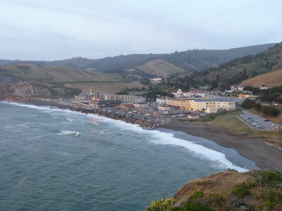 Pacifica, Californien: Hotel links im Bild