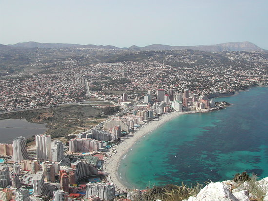 Calpe, Spanje: View from the top of the Penon de Ifach towards the beach on which the hotel is half way along