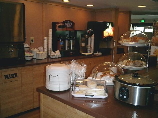 Sleep Inn: Breakfast Bar (looking left)