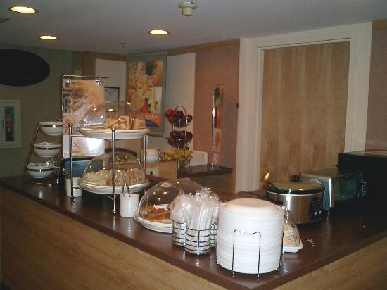Sleep Inn: Breakfast Bar (looking right)