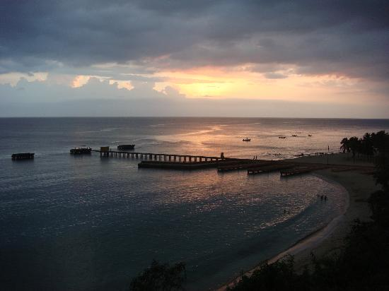 La Cima Hotel: Sunset over Playa Crashboat