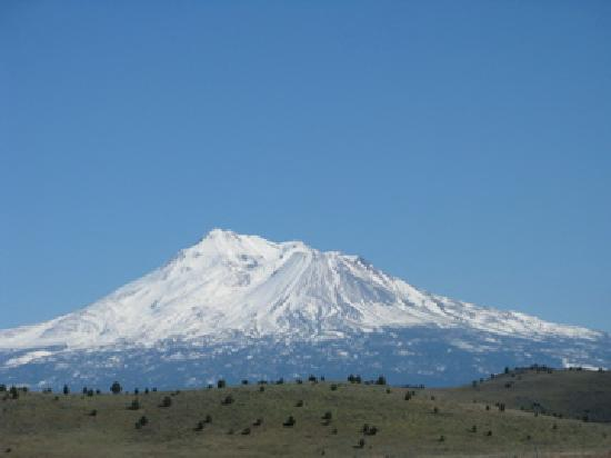 Dream Inn Mount Shasta: Mt Shasta from Interstate 5 south