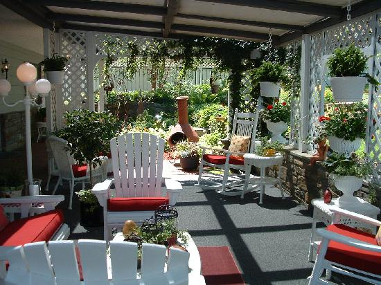 Azalea Garden Inn: The sitting area