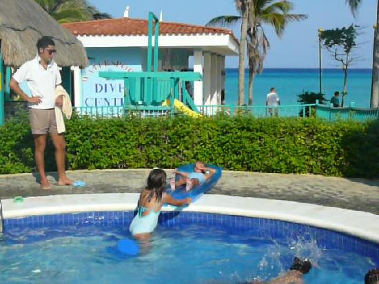 Pool bar picture of hotel riu playacar playa del carmen - Hotel piscina ninos ...