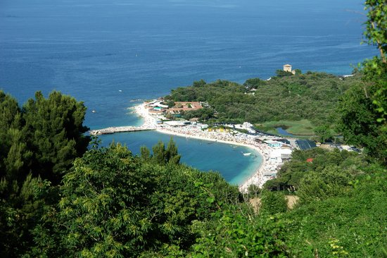 Ancona, Italien: The view down to the beach at Portonovo - go here to eat!
